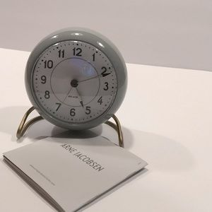 Arne Jacobsen Station desk clock grey
